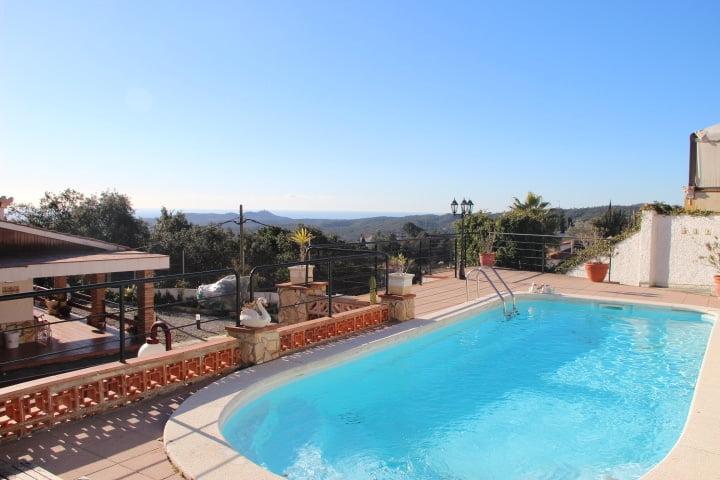 Casa con piscina y pista de tenis.