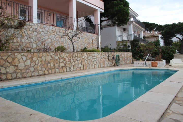 Casa con piscina con vistas panorámicas al mar.