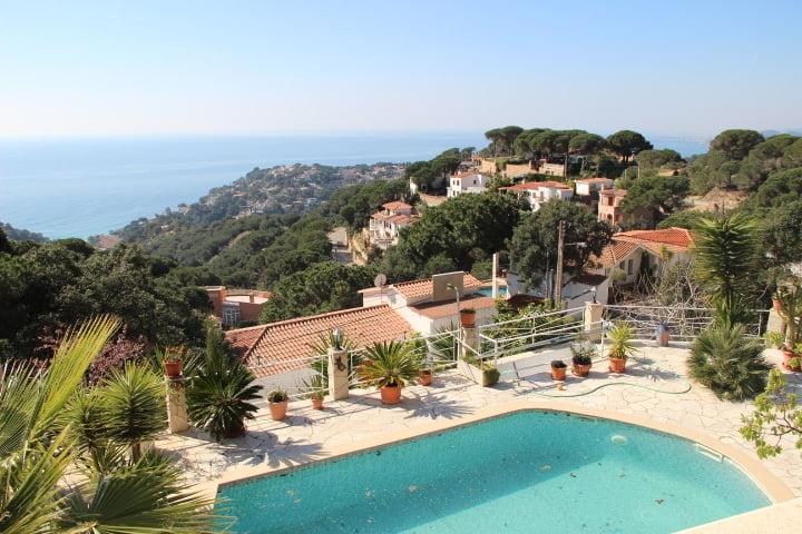 Casa soleada con piscina y vistas panorámicas al mar.