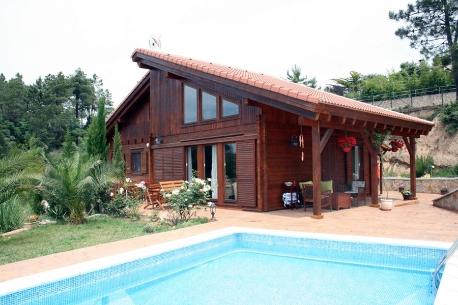 Casa de madera con piscina.