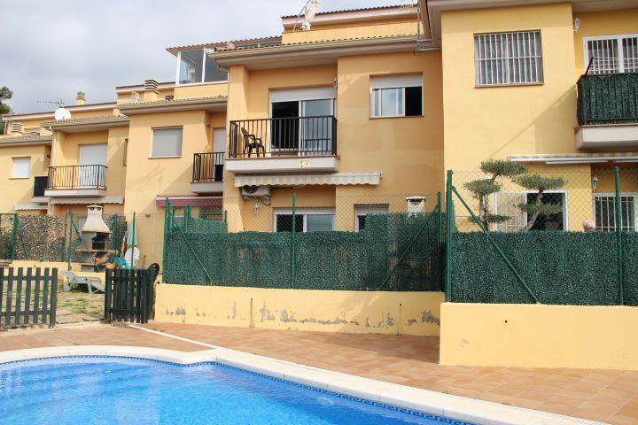 Casa adosada soleada con piscina comunitaria.
