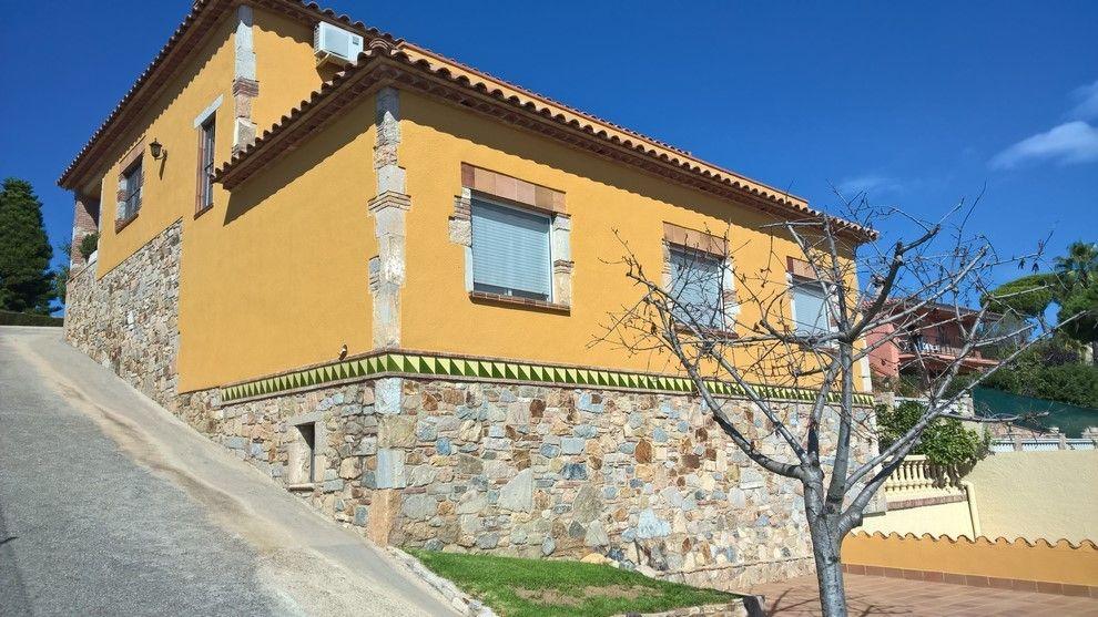 Casa de estilo Mediterráneo con piscina.