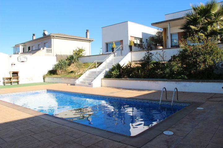 Casa soleada con piscina y jardín.
