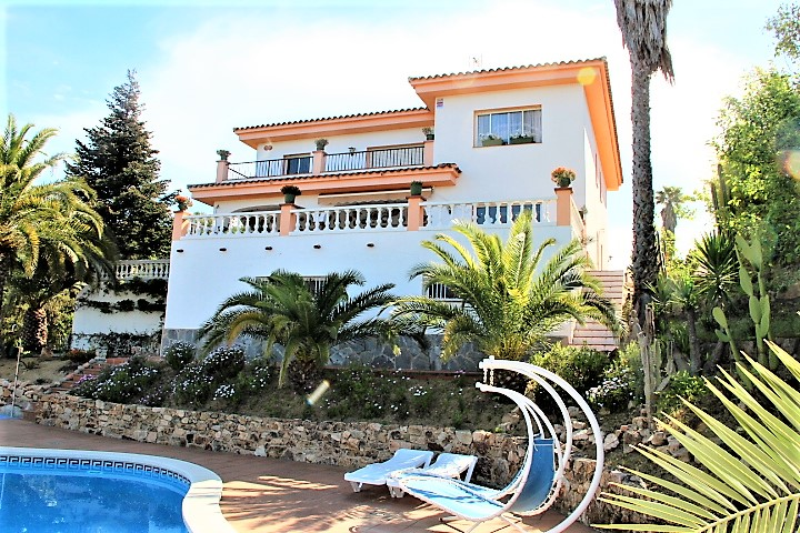Casa con piscina cerca de la playa.