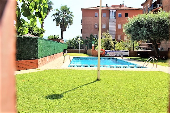 Apartamento planta baja con piscina.