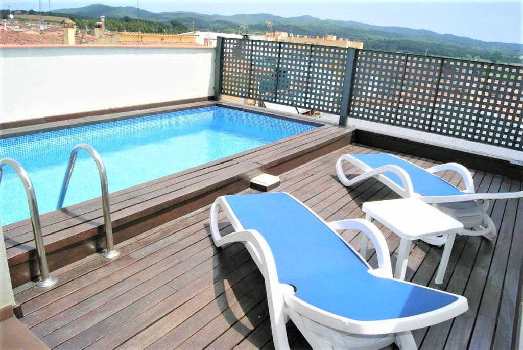 Casa adosada con piscina privada.