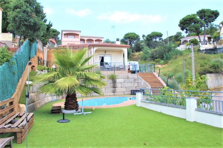 Casa soleada con piscina.