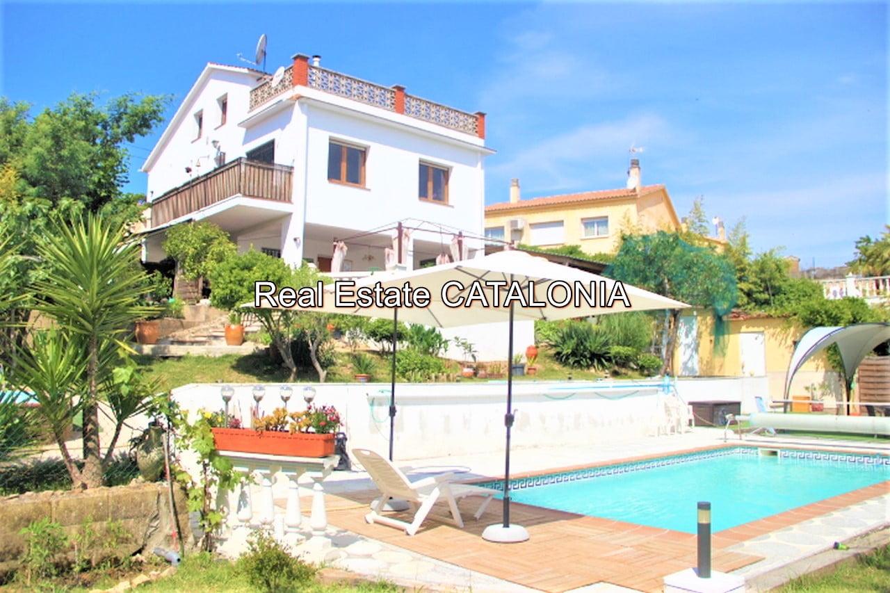 Casa con piscina y licencia turística.
